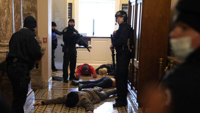 Falleceuna mujer que recibió una bala en el Capitolio durante los disturbios. Al menos 13 detenidos y aseguraron 5 armas