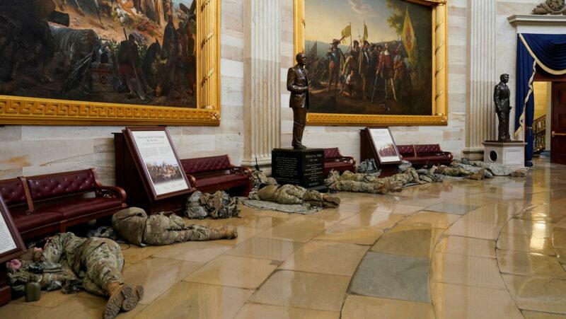 FOTOS: Decenas de miembros de la Guardia Nacional duermen en suelo del Capitolio