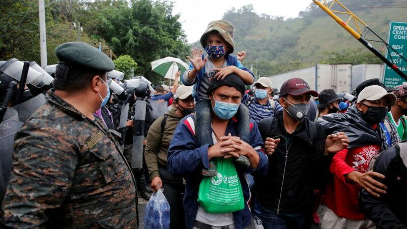 Videos: La caravana migrante se duplica a su paso por Guatemala y ya aglutina a 9.000 personas rumbo a EE.UU.