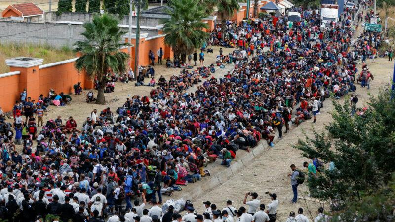 Guatemala dispersa violentamente la caravana migrante hondureña y libera carretera. 21 tienen covid-19