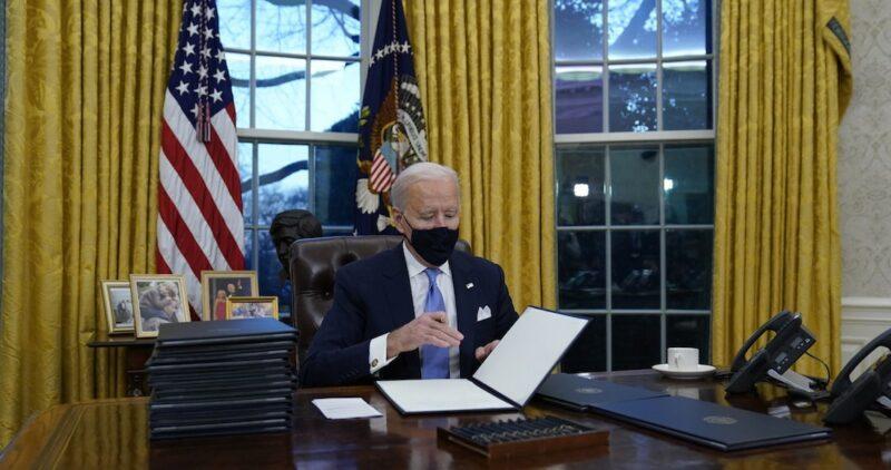 """Joe Biden ordena proteger a los """"soñadores"""" y parar de construir muro en la frontera con México"""