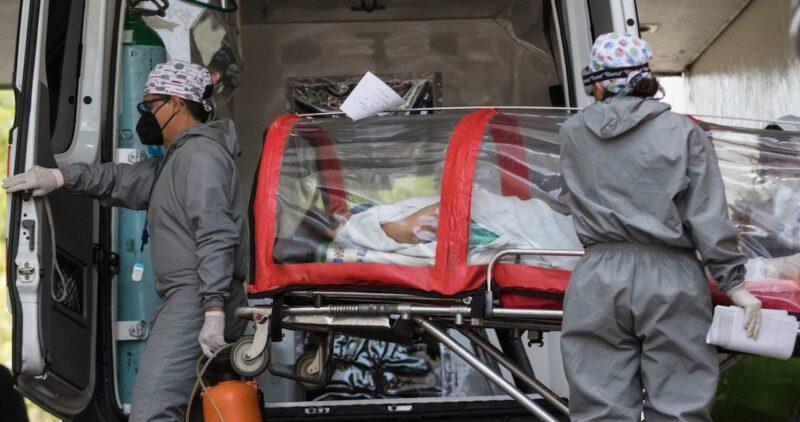 Miles de capitalinos despidieronn el 2020 fuera de hospitales. Esperaron, en vilo, noticias de sus enfermos