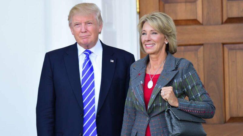 """Renuncia Betsy DeVos a la Secretaria de Educación por la insurrección. Responsabiliza a Trump """"de inflamar tensiones en el asalto a la sede de la democracia de la nación"""""""