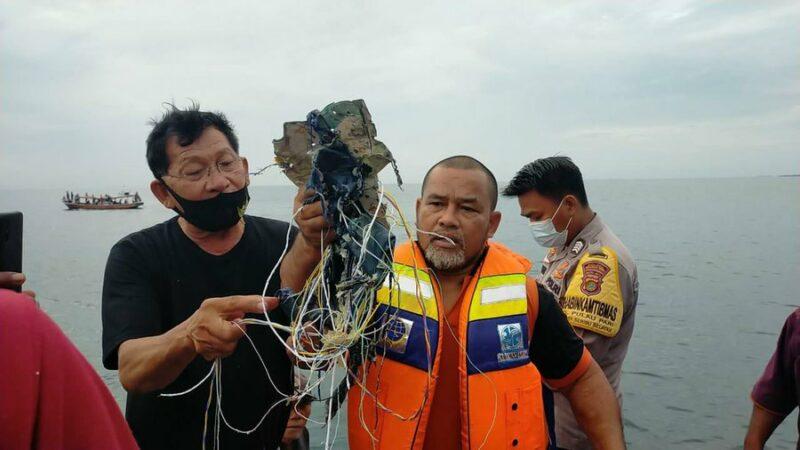 Videos: Encuentran escombros del avión de pasajeros indonesio que llevaba 62 ocupantes