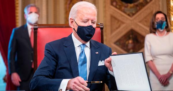 Biden firma decretos de igualdad, migración, clima y pandemia. EU vuelve a la OMS y al Acuerdo de París