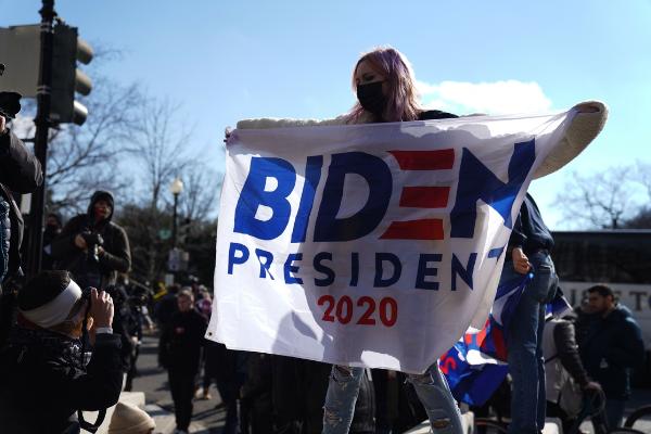 Peso gana 0.37% en primer día de Joe Biden como presidente de EU