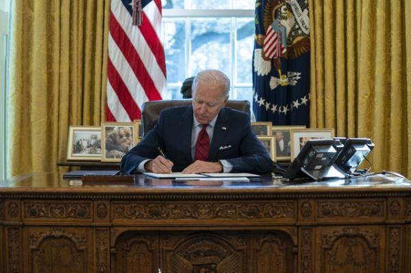 Biden amplía servicios de salud. Indocumentados también serán vacunados gratuitamente contra COVID-19