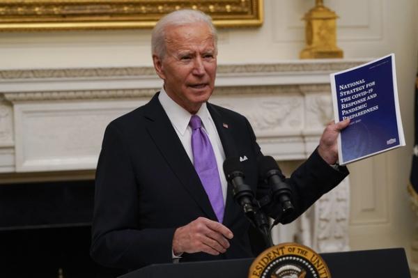 """En el primer día de trabajo completo de Biden, sensación de restauración de la """"normalidad"""", con atención especial al combate a la pandemia"""