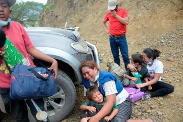 Miles de migrantes chocan con muro militar en Guatemala y retornan a Honduras