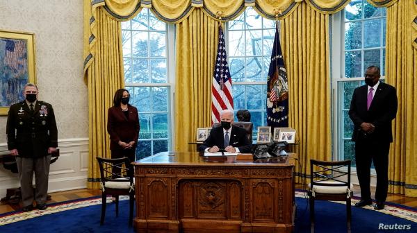 Biden anula prohibición de que transgéneros sirvan en el Ejército