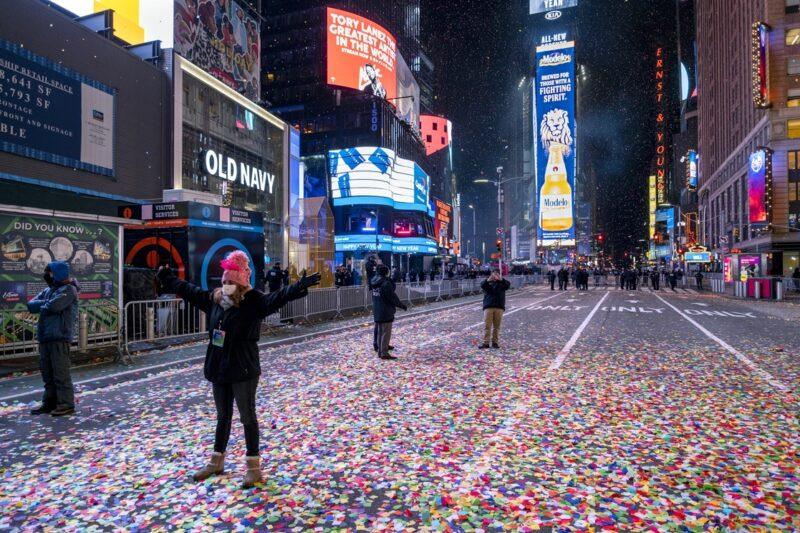 Silencio en Times Square de Nueva York para recibir el nuevo año. Antes, símbolo nacional de la fiesta
