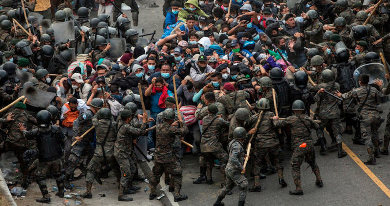 Video: Fuerzas de seguridad de Guatemala usan palos y gas lacrimógeno para frenar la caravana migrante