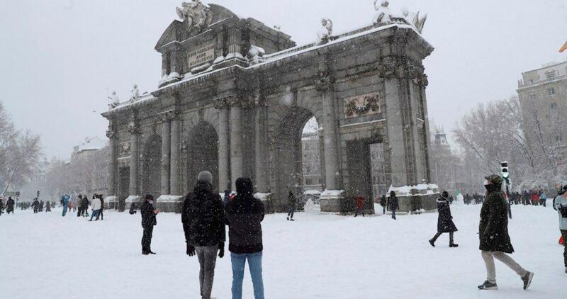 FOTOS: Nevada histórica cubre Madrid, España; cientos salen a las calles con sus trineos y esquís