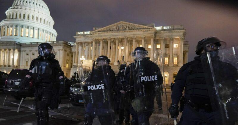 Fuerzas especiales recuperan el Capitolio. Con gases y granadas ahuyentan a seguidores de Trump