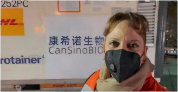 Videos: 2 millones de dosis de la vacuna de CanSino aterrizan en México. Van a Querétaro, a ser envasadas