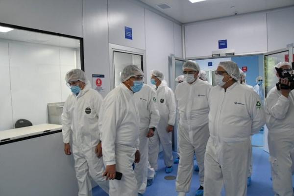 El presidente Alberto Fernández visita la planta de Laboratorios Liomont, donde se envasa sustancia activa de vacuna contra COVID-19