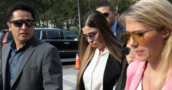 Emma Coronel Aispuro se queda detenida. EU la acusa de traficar con drogas a nivel internacional. Sería condenada de 10 años a prisión de por vida