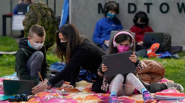 La Casa Blanca espera que la mayoría de las escuelas públicas vuelvan a abrir en abril. Todo dependerá de que el Congreso apruebe iniciativa de alivio del coronavirus