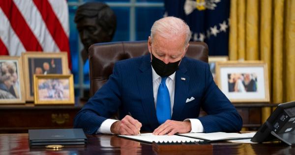 Biden suscribe decretos para alcanzar la autosuficiencia alimentaria y de energéticos