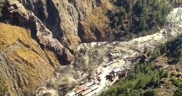Videos:  Un glaciar de montaña se viene abajo en India. 140 personas desaparecen en escombros y lodo