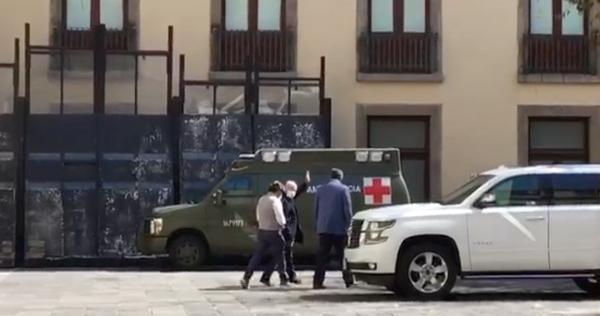 Video: AMLO reaparece de nuevo con un paseo en Palacio Nacional; caminó con cubrebocas