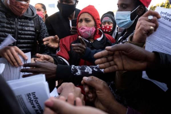 Video: En la intemperie, migrantes soportan intenso frío en la frontera mexicana, en espera de seguir sus procesos de asilo en EU