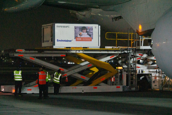 Video: Llega a México cargamento con 800 mil dosis de la vacuna china Sinovac