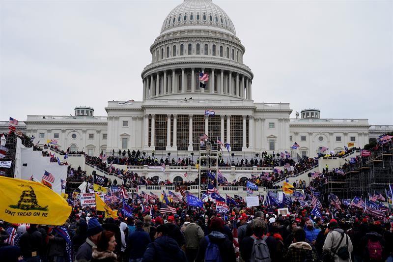 El FBI descubre contacto entre asaltantes al Capitolio y persona cercana a Trump
