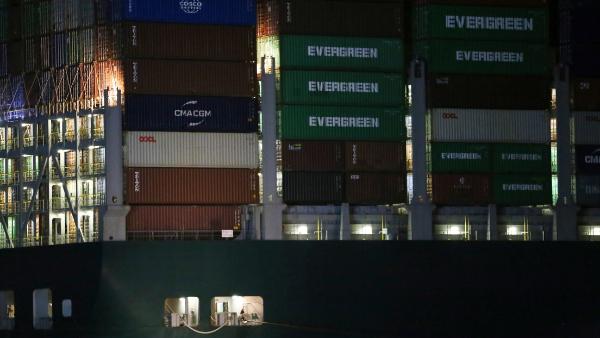 Videos: Desencallan el carguero MV Ever Given, varado en el Canal de Suez desde el martes