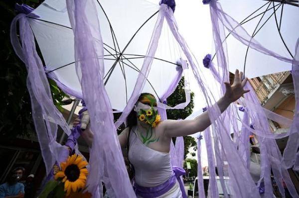 Marchan miles de mujeres en el mundo; desafían restricciones por el Covid