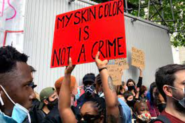 """Video: ¿""""Por qué no te quedaste en México"""", dice un blanco a un mexicano, que hablaba del racismo sufrido por sus hijos en una escuela de Michigan, durante una reunión de padres. Todos condenaron la expresión, incluyendo a su hijo"""