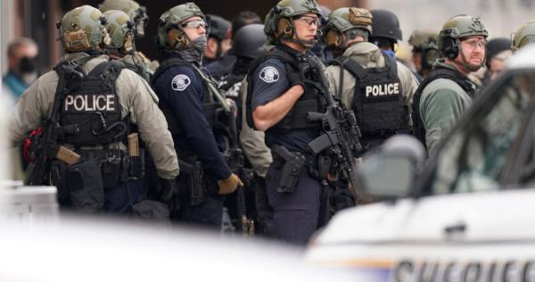 Videos: Tiroteo en supermercado de Colorado, EU, deja 10 muertos; un policía está entre las víctimas