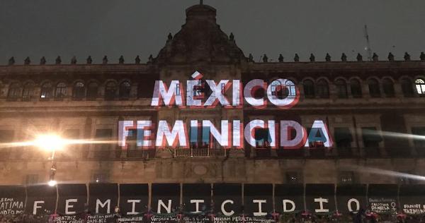 """Mujeres proyectan en Palacio su protesta: """"México feminicida"""". """"Un violador no será Gobernador"""""""