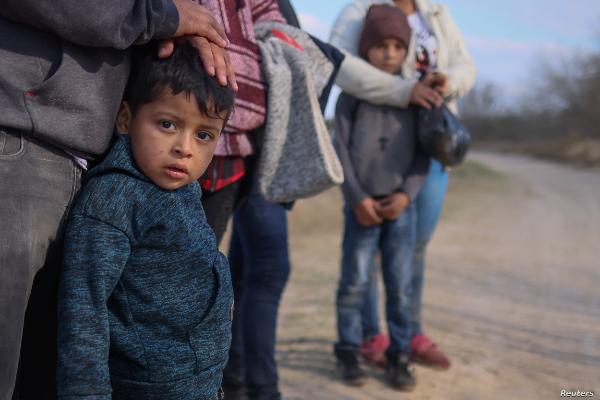 EU reabre el programa que permite la reunificación de familias centroamericanas