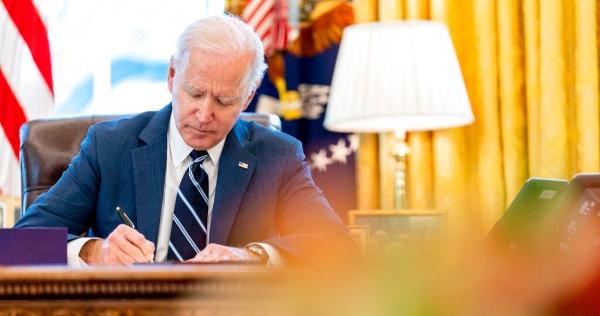 Biden firma el paquete de rescate de 1.9 billones de dólares para aliviar los estragos de la COVID-19