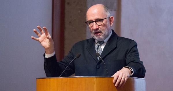 Ministro retirado de la Suprema Corte, José Ramón Cosío, se dice preocupado por los señalamientos de AMLO en su contra, pero no explica por qué negó su apoyo a víctimas de casos emblemáticos