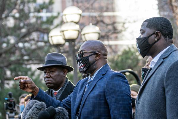 Video: Se inicia el juicio contra el policía blanco que mató al afroamericano Floyd poniéndole una rodilla sobre el cuello, lo que originó protestas mundiales
