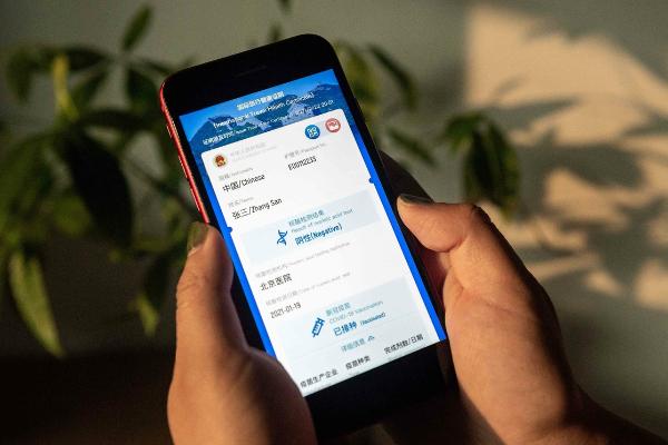 China lanza un pasaporte digital para verificar situación sanitaria de viajeros