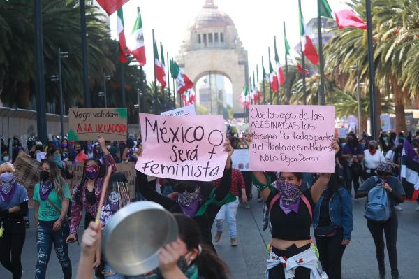 Video: Marcha de feministas llega al Zócalo desde el Monumento a la Revolución. Quieren derrumbar la valla frente a Palacio Nacional, otras lo han trepado