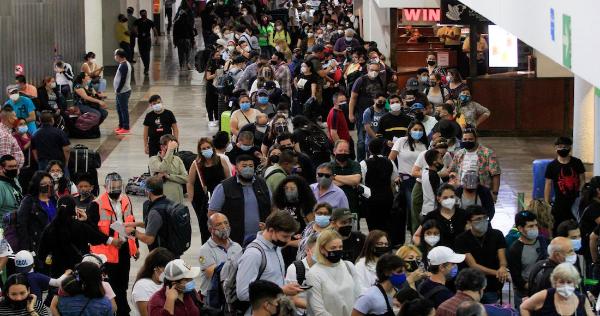 El Presidente alerta sobre una tercera ola de COVID-19 en México mientras que miles se hacinan en los aeropuertos