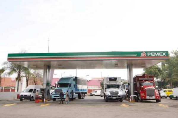 """Iniciativa de reforma de AMLO para frenar a gasolineras que """"ganan"""" 33 millones de pesos diarios con litros incompletos"""