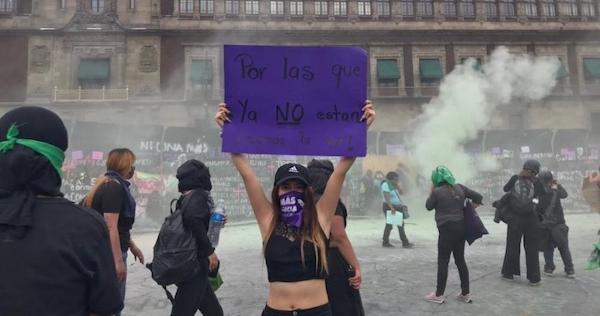 """Video: Mujeres llegan al Zócalo de la Ciudad de México y derrumban parte de la valla frente a Palacio Nacional. """"Siembra rebeldía y cosechas libertad"""", gritan"""