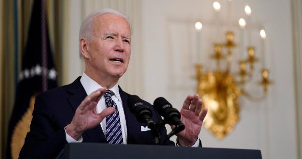 Biden planea entregar primero a México y Canadá sus excedentes de vacunas, afirma Bloomberg