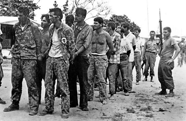 Video: Piloto 'comprado' y píldoras envenenadas: Desclasifican documentos de dos complots de la CIA para asesinar a Fidel y a Raúl Castro
