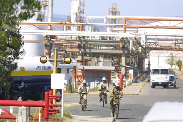 La nueva reforma energética, que sustituye a la privatizadora de Peña Nieto, otorga a Pemex el control de los hidrocarburos. PAN y PRI defienden a empresarios
