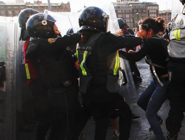 Otra vez, vandalismo de encapuchados en marcha feminista. Hubo 30 mujeres policías y dos civiles lesionados