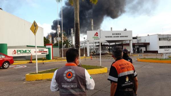 Videos: explosiones y un incendio en refinería de Pemex en Veracruz. 7 heridos, todo controlado y sin riesgos para la población