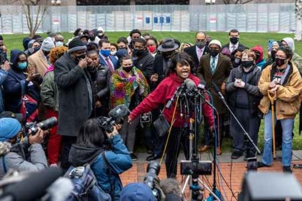 Familias de Floyd y Wright claman por el fin del racismo policial en EU