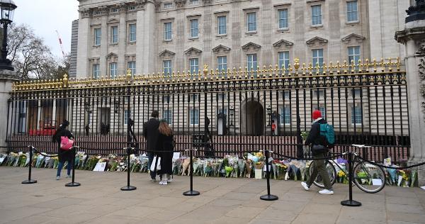 Reino Unido rinde homenaje póstumo al príncipe Felipe con 41 cañonazos y flores frente a Buckingham