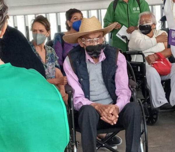 El ex presidente Luis Echeverría recibió la segunda dosis de la vacuna AstraZeneca contra el COVID-29  en la explanada del Estadio Olímpico de CU